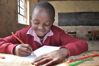 チャイルド・スポンサーシップの支援を受けて学校で学ぶ子ども(ケニア)