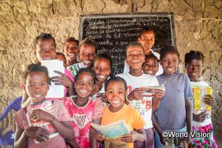 楽しく学校で学ぶ子どもたち(モザンビーク)