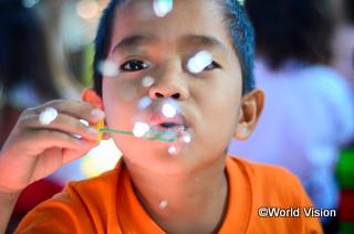 シャボン玉で遊ぶ子ども(フィリピン)