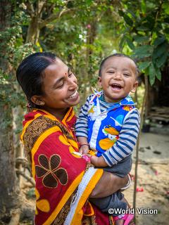 お母さんに抱っこされて笑顔の子ども(バングラデシュ)