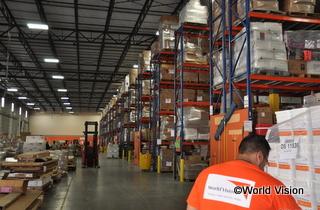 いつでも緊急事態に対応できるよう、世界各地の倉庫に必要な物資を備えている