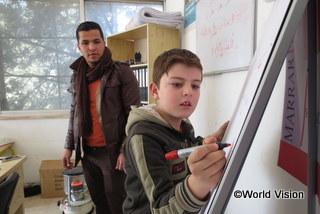アラビア語の問題を解く男の子