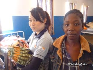 産科棟で生まれた赤ちゃんを抱く薮崎スタッフと無事に出産を終えたお母さん
