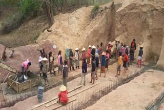 地域の人々による建設作業