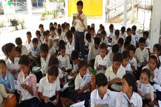 読書に取り組む小学校の生徒たち