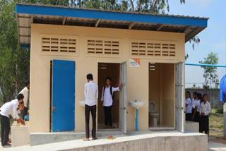 新しいトイレを喜んで使っている生徒たち