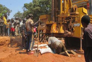 井戸の採掘に参加する地域の人々