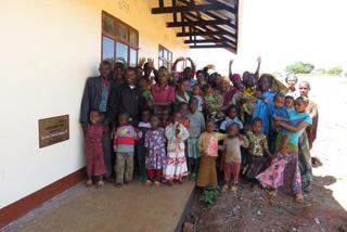 支援により、2つの教室が建てられたので、喜んでいます。ジェイコブさんは言います。「子どもたちは学校に行くのに長い距離を歩いて行っていましたが、これからはこの学校で学ぶことができます。ワールド・ビジョンの支援に感謝しています。」