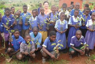 学校の周りに苗木を植えている様子