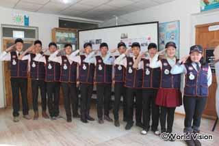 校長に改善策を提案する生徒グループ