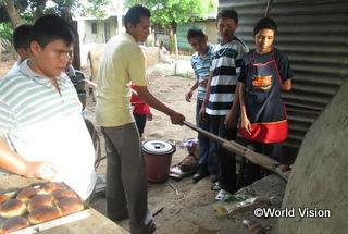 「パン作りの講習会では美味しいパンを作るためのレシピを学びました」とカルロス君(15歳)