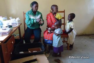 「私たちは医療サービスを受けるのに50km以上歩くのが当たり前でした」とヌーンキシュさん(35歳)。ワールド・ビジョンは、2ヵ所の診療所整備し、さらに毎月、移動診療所を開いています。「必要な医療サービスが前よりずっと早く提供できるようになりました」と、看護師のジャネットさん(31歳)【イララマタク地域】(2013年)