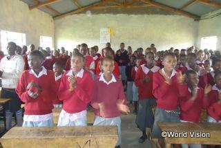 地域の小学校で、子どもたちの健やかな心の育成のための集会が開かれました。子どもたちは説教やお祈りを聞いたり、歌ったりしました【オレントン地域】(2015年)