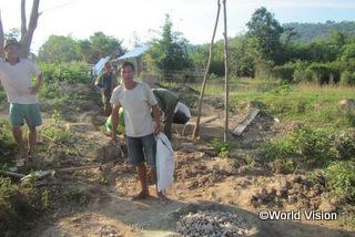 地域住民と協力し、学校の井戸を設置しました。ボウンミーさん(39歳)は、「井戸の  設置に参加できて嬉しいです。学校に通う子どもたちがきれいな水を利用できるようになり、病気から子どもたちを守ることができ  ます」と感想を話してくれました