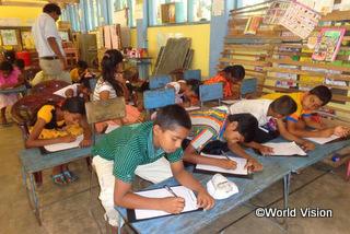WVが主催した読書キャンプに、地域に住む約700人の子どもたちが参加しました。キャンプでは教育の大切さを学んだり、子どものエッセイコンテストを行いました(2015年度)