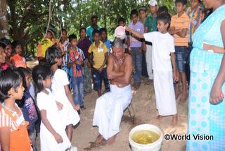 現代では失われつつあるお年寄りを大切にするというスリランカの伝統文化を伝えるために、小学校と協力してシンハラ族の新年に合わせて行事を企画しました