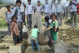 学校での給水支援により、645人の生徒が安全な水を入手できようになりました。水の供給が行われる前は、飲料水  を得るために野原を遠くまで出かけなければなりませんでした。水不足のためトイレは役に立たず汚れていました。しかし、今は水  汲みにかかっていた時間を勉強にあてることができるようになり、十分な水でトイレをきれいにすることもできています