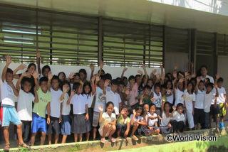 支援によって小学校のホールが再建されました。引き渡し式が行われ、479人の生徒と10人の教師がこのホールを使用できるようになりました。授業がある日は教室として使われるほか、地域の多目的ホールとしても使われます