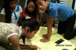支援によって実施した、問題に対する自分の考えや気持ちを表現する方法を学ぶワークショップに、32人の子どもたち(男の子6人、女の子26人)が参加しました
