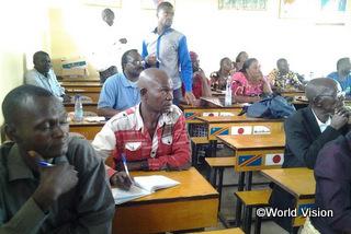 地域開発プログラムの第一段階の評価に参加する地域の人々
