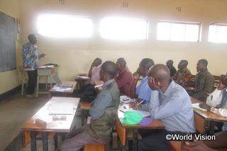 教育の重要性について学ぶ地域の人々