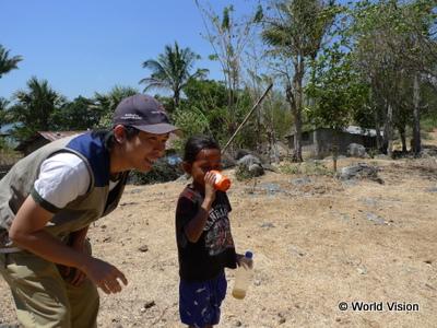 事業地の子どもと駐在員(ボボナロ県における水・衛生環境改善事業)