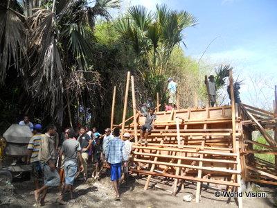 水源に貯水槽を建設する住民(ボボナロ県における水・衛生環境改善事業)