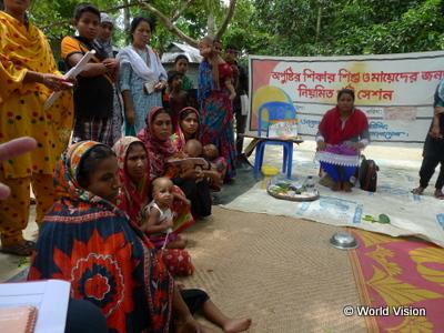 栄養に関するワークショップに参加するお母さんたち(バングラデシュ フルバリア郡 栄養改善プロジェクト)