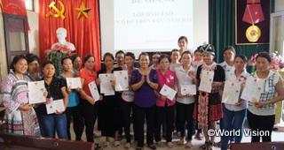 外務省の日本NGO連携無償資金による支援で誕生した村落出産介助者(ベトナム)