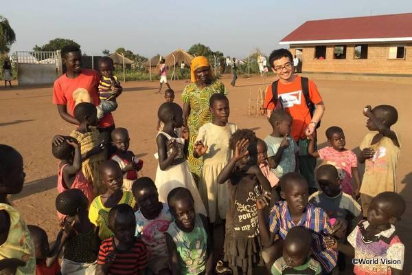 南スーダンから避難してきた子どもたちとワールド・ビジョンの岡田スタッフ
