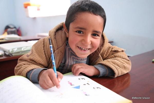 学校で学ぶ難民の子ども