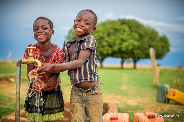 井戸や給水タンクと子どもの画像
