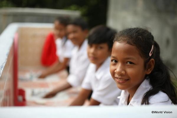 学校のトイレと子どもの画像
