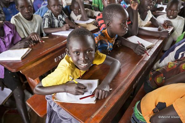 学校で勉強する子どもの様子