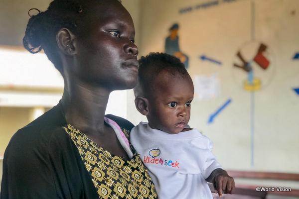 途上国の赤ちゃんと母親の写真