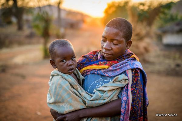 途上国の子どもと子どもを抱く母親の写真