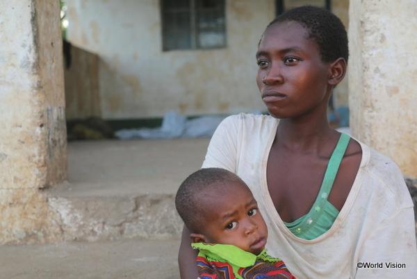 開発途上国で生活する親子