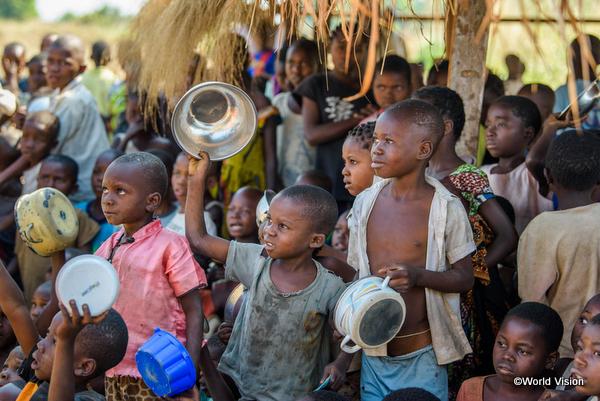アフリカの貧困状態にある子どもたち