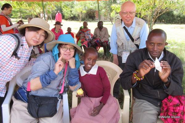 支援者が開発途上国の子ども達と交流しているところ