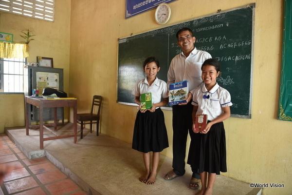 カンボジアの学校に通う子ども