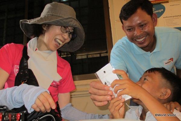 支援者がカンボジアの子ども達と交流しているところ