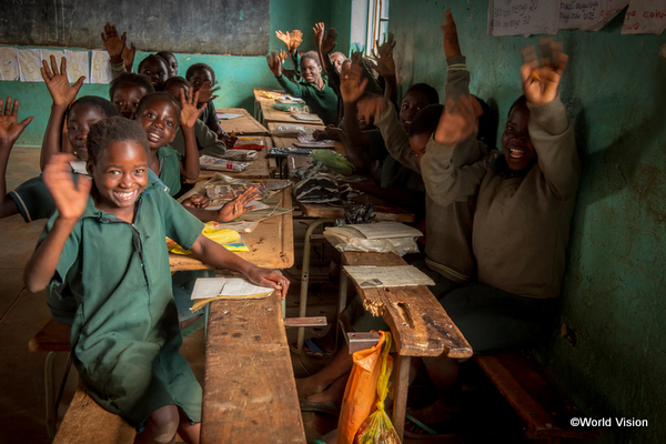 学校で勉強するザンビアの子どもたち