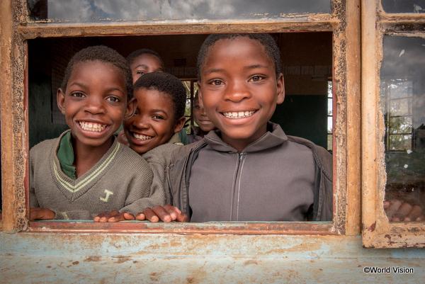 笑顔でこちらを見つめるザンビアの子どもたち