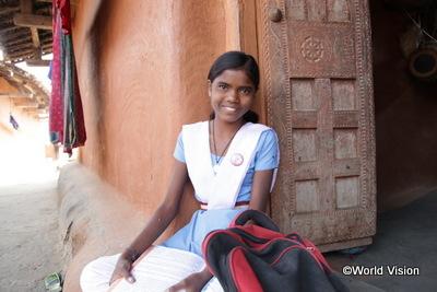 学校に続けて行けることを喜ぶ女の子写真