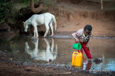 水を汲む子ども写真