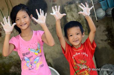 手洗いワークショップに参加するベトナムの子どもたち写真