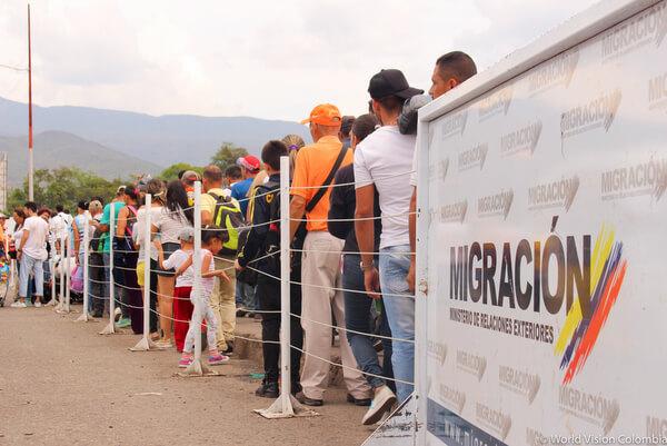 ベネズエラ国境を越えて移動する難民たち