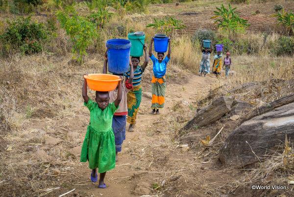水汲み仕事をするマラウイの少女