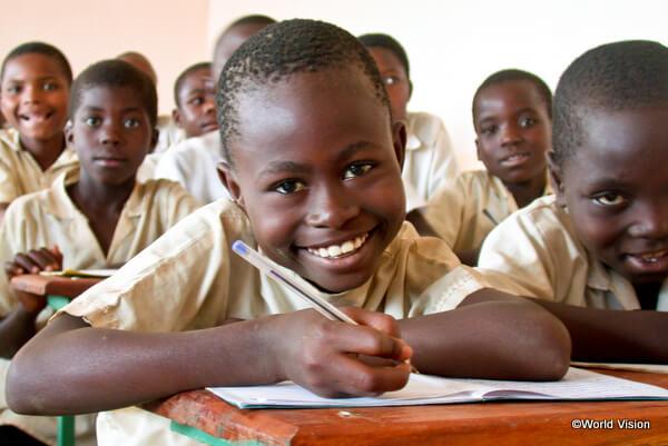 小学校で学ぶ子どもたち(コンゴ民主共和国)