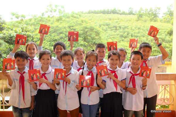 日本のチャイルド・スポンサーへの手紙をもつベトナムの子どもたち